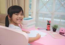 Photo des enfants effectuant à la maison le travail images stock