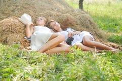 Photo des filles heureuses sur le foin frais Images stock
