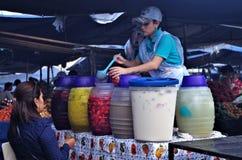 Photo des frescas d'Aguas d'une portion de femme sur un marché Tegucigalpa du Honduras photos stock