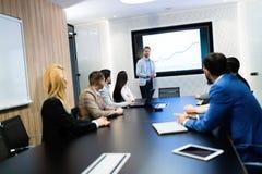 Photo des hommes d'affaires ayant la réunion dans la salle de conférence Photo libre de droits