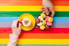 Photo des mains masculines et femelles tenant la tasse du café et du plat o Image stock