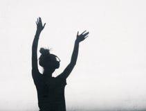Photo des ombres de la femme du DJ avec des écouteurs images stock