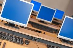 Photo des ordinateurs de rangée dans la salle de classe ou tout autre institu éducatif image libre de droits