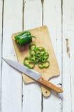 Photo des poivrons coupés en tranches au-dessus de la table en bois Photos libres de droits