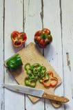 Photo des poivrons coupés en tranches au-dessus de la table en bois Photos stock