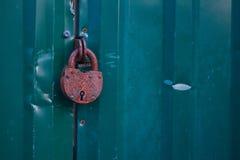 Photo des portes en métal et du verrou de sécurité verrouillés de rouille images stock