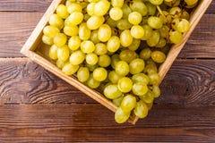 Photo des raisins verts dans la boîte en bois Photo libre de droits