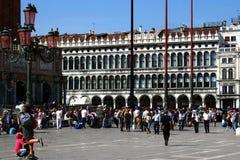 Photo des touristes en place de San Marco Image stock