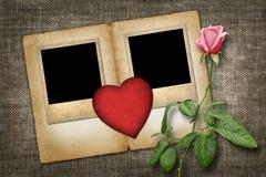 Photo deux à l'ancienne avec le coeur de papier rouge avec la rose de rose Images libres de droits