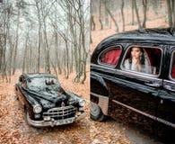 Photo doublée de rétro voiture et de jeune mariée s'asseyant dans elle image libre de droits
