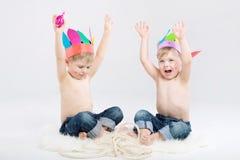 Photo drôle de deux garçons jouant des Indiens Photo stock