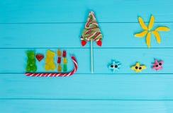 Photo drôle des sucreries savoureuses de gelée sous forme d'ours dans le lo Image libre de droits