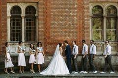 Photo drôle du juste mariée avec les amis Photo stock