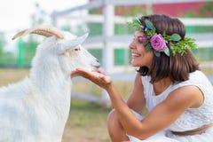 Photo drôle un beau agriculteur de jeune fille avec une guirlande sur elle Photos libres de droits