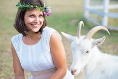 Photo drôle un beau agriculteur de jeune fille avec une guirlande sur elle Image libre de droits