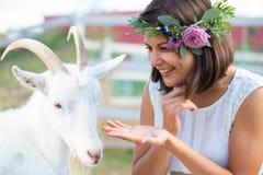 Photo drôle un beau agriculteur de jeune fille avec une guirlande sur elle Images libres de droits