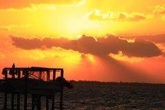 Photo dramatique de coucher du soleil avec l'ascenseur de bateau dans le premier plan images stock