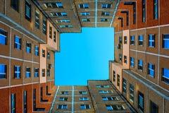 Photo du bâtiment carré avec le ciel bleu Photographie stock