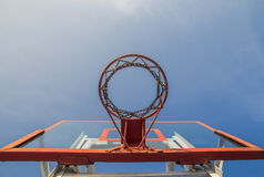 Photo du cercle de basket-ball en verre et du fond de ciel bleu, basketbal Images stock