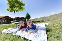 Photo du frère et de la soeur ayant l'amusement dans le parc Photographie stock libre de droits