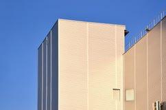 Photo du gratte-ciel industriel avec la qualité parfaite dégrossissant au soleil Le bâtiment énorme est complètement couvert de S Photographie stock