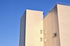 Photo du gratte-ciel industriel avec la qualité parfaite dégrossissant au soleil Le bâtiment énorme est complètement couvert de S Photos stock