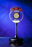 Photo du microphone par radio sur le fond bleu photo stock