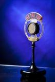 Photo du microphone par radio sur le fond bleu photographie stock