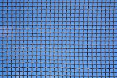 Photo du mur en acier de maille sur le fond de ciel Photo stock