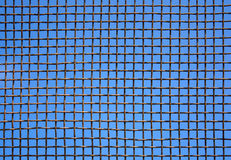 Photo du mur en acier de maille sur le fond de ciel Photos libres de droits