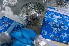 Photo du `s d'an neuf l'arbre du ` s de nouvelle année avec l'imitation de la neige est décoré des jouets Les cadeaux se trouvent Photos stock
