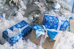 Photo du `s d'an neuf l'arbre du ` s de nouvelle année avec l'imitation de la neige est décoré des jouets Les cadeaux se trouvent Image stock