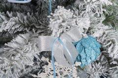 Photo du `s d'an neuf l'arbre du ` s de nouvelle année avec l'imitation de la neige est décoré des jouets Les cadeaux se trouvent Photo libre de droits