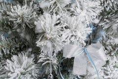 Photo du `s d'an neuf l'arbre du ` s de nouvelle année avec l'imitation de la neige est décoré des jouets Les cadeaux se trouvent Images libres de droits