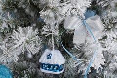 Photo du `s d'an neuf l'arbre du ` s de nouvelle année avec l'imitation de la neige est décoré des jouets Les cadeaux se trouvent Photos libres de droits