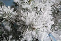 Photo du `s d'an neuf l'arbre du ` s de nouvelle année avec l'imitation de la neige est décoré des jouets Les cadeaux se trouvent Photographie stock libre de droits
