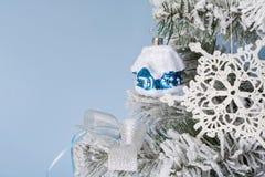 Photo du `s d'an neuf l'arbre du ` s de nouvelle année avec l'imitation de la neige est décoré du toyson un fond bleu Images stock