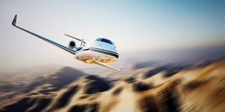 Photo du vol générique de jet privé de conception d'affaires blanches en ciel bleu au lever de soleil Fond inhabité de montagnes  Photographie stock libre de droits