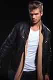 Photo dynamique d'une veste en cuir de jeune manin image libre de droits