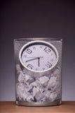 Photo en gros plan d'une horloge dans la poubelle d'ordures avec autre images stock