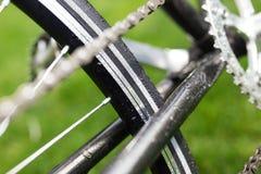 Photo en gros plan de bicyclette classique de route dans le domaine de pré d'herbe verte d'été fond plus de ma course de portefeu Photo stock