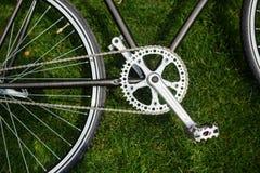 Photo en gros plan de bicyclette classique de route dans le domaine de pré d'herbe verte d'été fond plus de ma course de portefeu Image libre de droits
