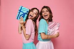Photo en gros plan de deux amis féminins comblés dans le tshir coloré Image libre de droits