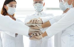 Photo en gros plan de médecins Stacking Hand With Coworkers Image stock