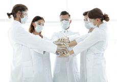 Photo en gros plan de médecins Stacking Hand With Coworkers Photographie stock