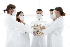 Photo en gros plan de médecins Stacking Hand With Coworkers Photos libres de droits