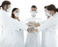 Photo en gros plan de médecins Stacking Hand With Coworkers Photo libre de droits