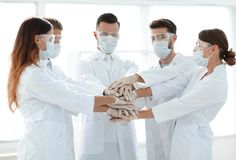 Photo en gros plan de médecins Stacking Hand With Coworkers Photo stock