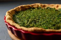 Photo en gros plan de pâte au goût âpre cuite au four avec des épinards Image libre de droits