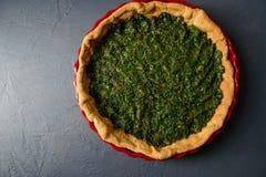Photo en gros plan de pâte au goût âpre cuite au four avec des épinards Photo libre de droits